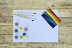 Concept d'art Page blanche de papier, de peinture, de brosses et de pe coloré photo stock