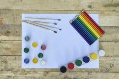 Concept d'art Page blanche de papier, de peinture, de brosses et de pe coloré images libres de droits