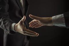 Concept d'association dans les affaires : deux bouts droits d'hommes d'affaires le sien main en avant pour une poignée de main Photos libres de droits