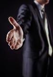 Concept d'association dans les affaires : un homme d'affaires donne sa main en avant pour une poignée de main Photographie stock libre de droits