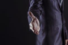 Concept d'association dans les affaires : un homme d'affaires donne sa main en avant pour une poignée de main Image libre de droits