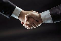 Concept d'association dans les affaires : une poignée de main des associés Images stock