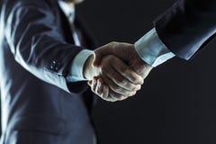 Concept d'association dans les affaires : une poignée de main des associés Image stock