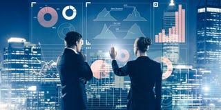 Concept d'association et de coopération avec l'utilisation de personnes virtuelle images stock