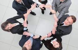 Concept d'association gens d'affaires se tenant en cercle Image libre de droits
