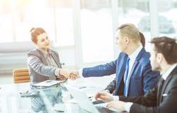 Concept d'association : une poignée de main d'un directeur et d'un client au bureau dans le bureau Photographie stock
