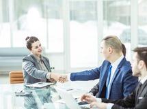 Concept d'association : une poignée de main d'un directeur et d'un client au bureau dans le bureau Photographie stock libre de droits