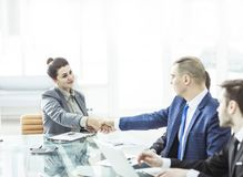 Concept d'association : une poignée de main d'un directeur et d'un client au bureau dans le bureau Photo libre de droits