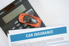 Concept d'assurance auto avec la forme d'assurance auto, la voiture de jouet et la vue supérieure de calculatrice images libres de droits