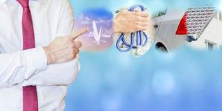 Concept d'assurance Homme d'affaires avec le geste de doigt, la voiture, le voyage, la maison et l'assurance médicale maladie images stock