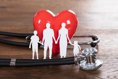 Concept d'assurance-maladie sur le bureau en bois Photographie stock