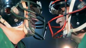 Concept d'athlète de football américain Deux sportifs se tenant tête à tête clips vidéos