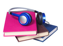 Concept d'Audiobook Écouteurs et livres d'isolement Images stock