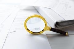 Concept d'audit - loupe et documents d'entreprise Images libres de droits