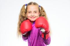 Concept d'autodéfense Le boxeur de fille sait défendez-vous Enfant de fille fort avec des gants de boxe posant sur le blanc images stock