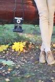Concept d'automne d'art, femme élégante avec le rétro appareil-photo de vintage image stock