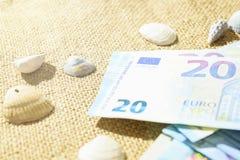 Concept d'aventure Articles de voyageur sur la table blanche Verres, passeport, euros, bloc-notes avec le stylo et coquille Image libre de droits