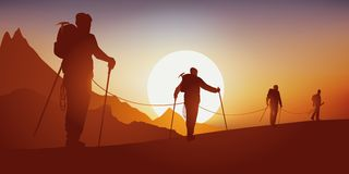Concept d'aventure, avec un groupe d'alpinistes trimardant avant d'escalader une montagne illustration stock
