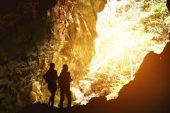 Concept d'aventure de voyage de deux silhouettes de filles Photo stock