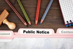 Concept d'avis au public S'inscrire de dossier sur un bureau en bois foncé Images libres de droits