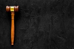 Concept d'avocat ou de mandataire Jugez le marteau sur l'espace noir de copie de vue supérieure de fond images libres de droits