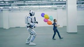 Concept d'?ducation d'?cole primaire Fille et robot marchant dans l'aroom, vue de côté banque de vidéos