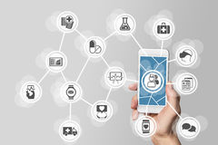 concept d'E-soins de santé avec la main tenant le téléphone intelligent photos stock