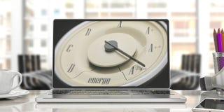 Concept d'efficacité énergétique Mesure de voiture de vintage sur un écran d'ordinateur portable, fond de bureau de tache floue i Images libres de droits