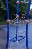 Concept d'enfance, d'équipement et d'objet - cadre de s'élever avec la glissière sur le terrain de jeu dehors à l'été Photographie stock libre de droits