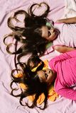 Concept d'enfance et d'amour Enfants avec les visages et les coeurs somnolents images libres de droits