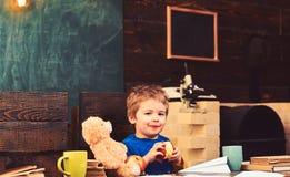 concept d'enfance heureux Enfant de sourire mangeant du fruit juteux Enfant tenant la pomme mordue photographie stock libre de droits
