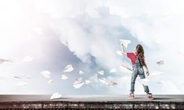Concept d'enfance heureux négligent avec la fille rêvant de devenir Photos libres de droits