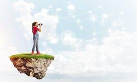 Concept d'enfance heureux négligent avec la fille regardant dans des jumelles Image libre de droits