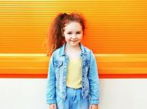 Concept d'enfant de mode - portrait d'usage élégant d'enfant de petite fille Photos stock