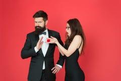 Concept d'engagement Offre rejet?e Les couples dans l'amour célèbrent l'anniversaire Engagement romantique de bijoux de boîte-cad images stock