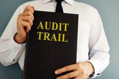 Concept d'enregistrement d'audit Commissaire aux comptes tenant le livre image stock
