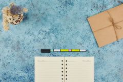Concept d'enregistrer vos affaires quotidiennes sur votre bureau Bloc-notes sur un fond abstrait bleu Copiez la disposition de l' image stock