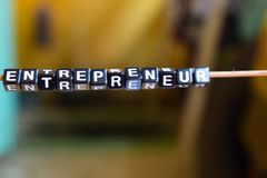 Concept d'entrepreneur sur les cubes en bois avec le fond de bokeh image libre de droits