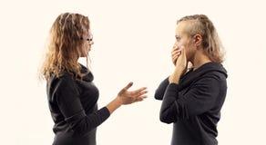 Concept d'entretien d'individu Jeune femme parlant elle-même, montrant des gestes Double portrait de deux vues de côté différente Photo stock
