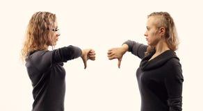 Concept d'entretien d'individu Jeune femme parlant elle-même, montrant des gestes Double portrait de deux vues de côté différente Images stock
