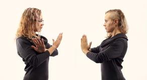 Concept d'entretien d'individu Jeune femme parlant elle-même, montrant des gestes Double portrait de deux vues de côté différente Photographie stock