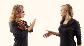 Concept d'entretien d'individu Jeune femme parlant elle-même, montrant des gestes Double portrait de deux vues de côté différente Photos stock