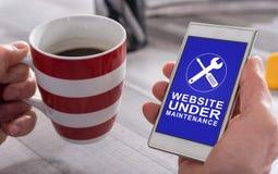 Concept d'entretien de site Web sur un smartphone photos stock
