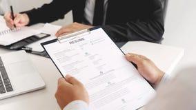 Concept d'entrevue d'emploi et de location, homme d'affaires de candidat de rendez-vous expliquant au sujet de son profil et r?po photographie stock libre de droits