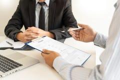 Concept d'entrevue d'emploi et de location, homme d'affaires de candidat de rendez-vous expliquant au sujet de son profil et r?po photos stock