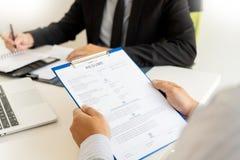 Concept d'entrevue d'emploi et de location, homme d'affaires de candidat de rendez-vous expliquant au sujet de son profil et r?po photo stock