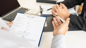 Concept d'entrevue d'emploi et de location, homme d'affaires de candidat de rendez-vous expliquant au sujet de son profil et r?po image stock