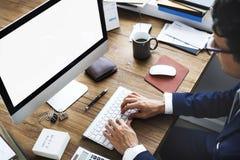 Concept d'espace de travail de dispositifs de Digital d'analyse de comptabilité Photographie stock libre de droits