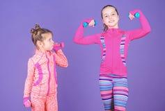 Concept d'exemple de motivation et de sport Exercice de r?p?tition d'enfant en bas ?ge apr?s soeur Exercices de sport pour des en photo libre de droits