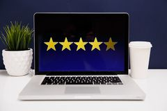 Concept d'expérience de client en ligne, les meilleurs excellents services évaluant pour le présent de satisfaction à la main du  photo stock